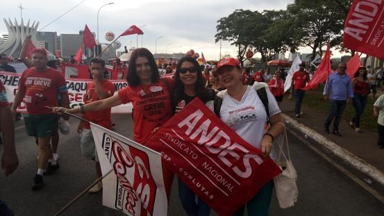 2016 - Brasília - Carol, Joselene e Magda - em frente à catedral de Brasília.jpg